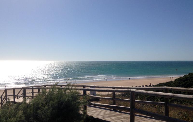 Blick von der Treppe vom RIU Hotel Chiclana auf den Strand von Chiclana de la Frontera in Andalusien