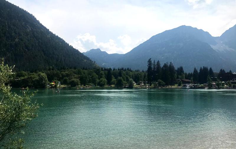 Der Heiterwanger See in Österreich mit Blick auf Berglandschaft.