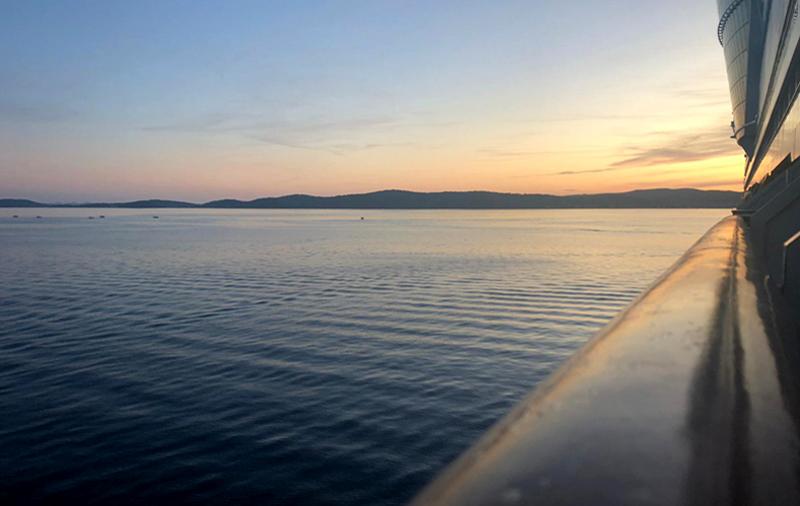 Kreuzfahrtschiff AIDAblu im Sonnenuntergang