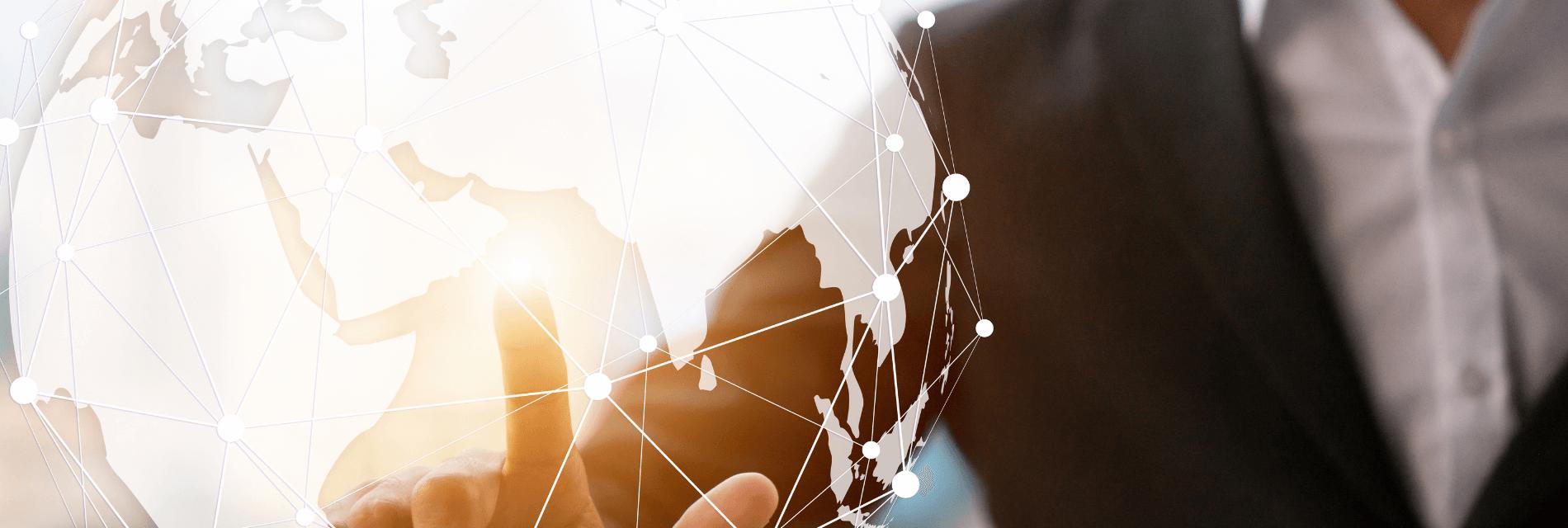 Geschäftsmann tippt auf digitale Weltkugel
