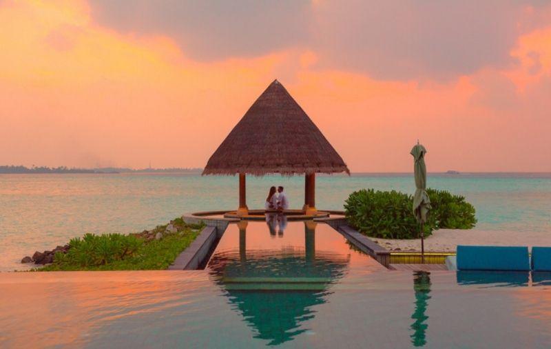 Paar vor Sonnenuntergang am Meer Honeymoon