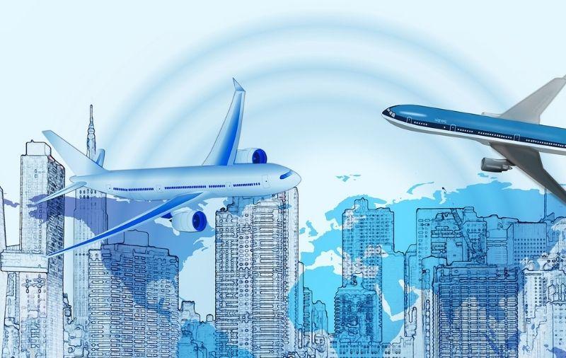 Flugzeuge vor Skyline und Weltkarte