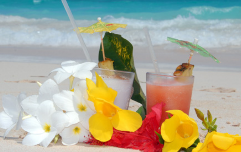 Cocktails am Strand Flitterwochen