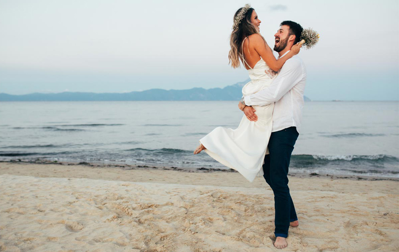 Hochzeitsreisen: Brautpaar am Strand