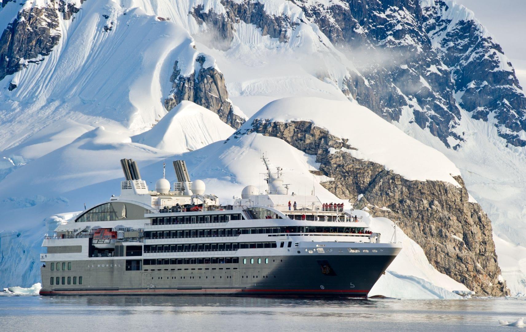 Eisberge und Schiff auf dem Meer