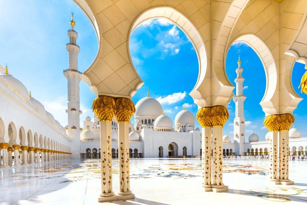 Weiße Säulen mit Gold