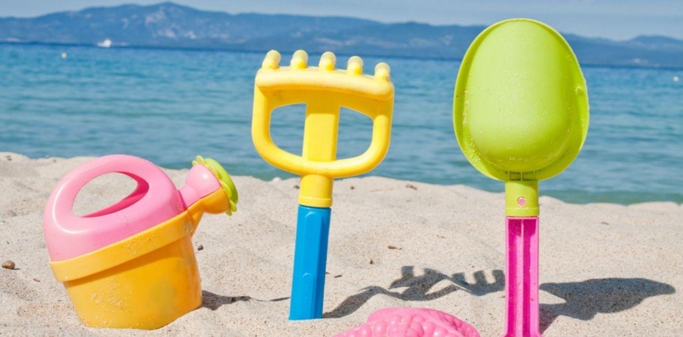 Kinder Strandspielzeuge im Sand