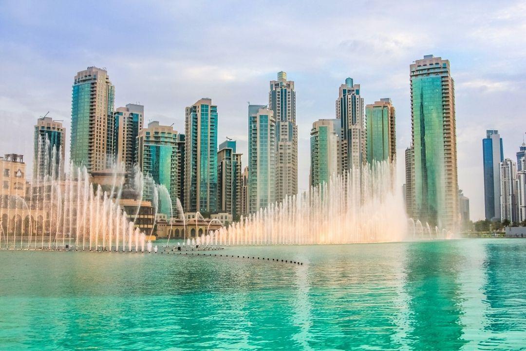 Wassershow und Wolkenkratzer