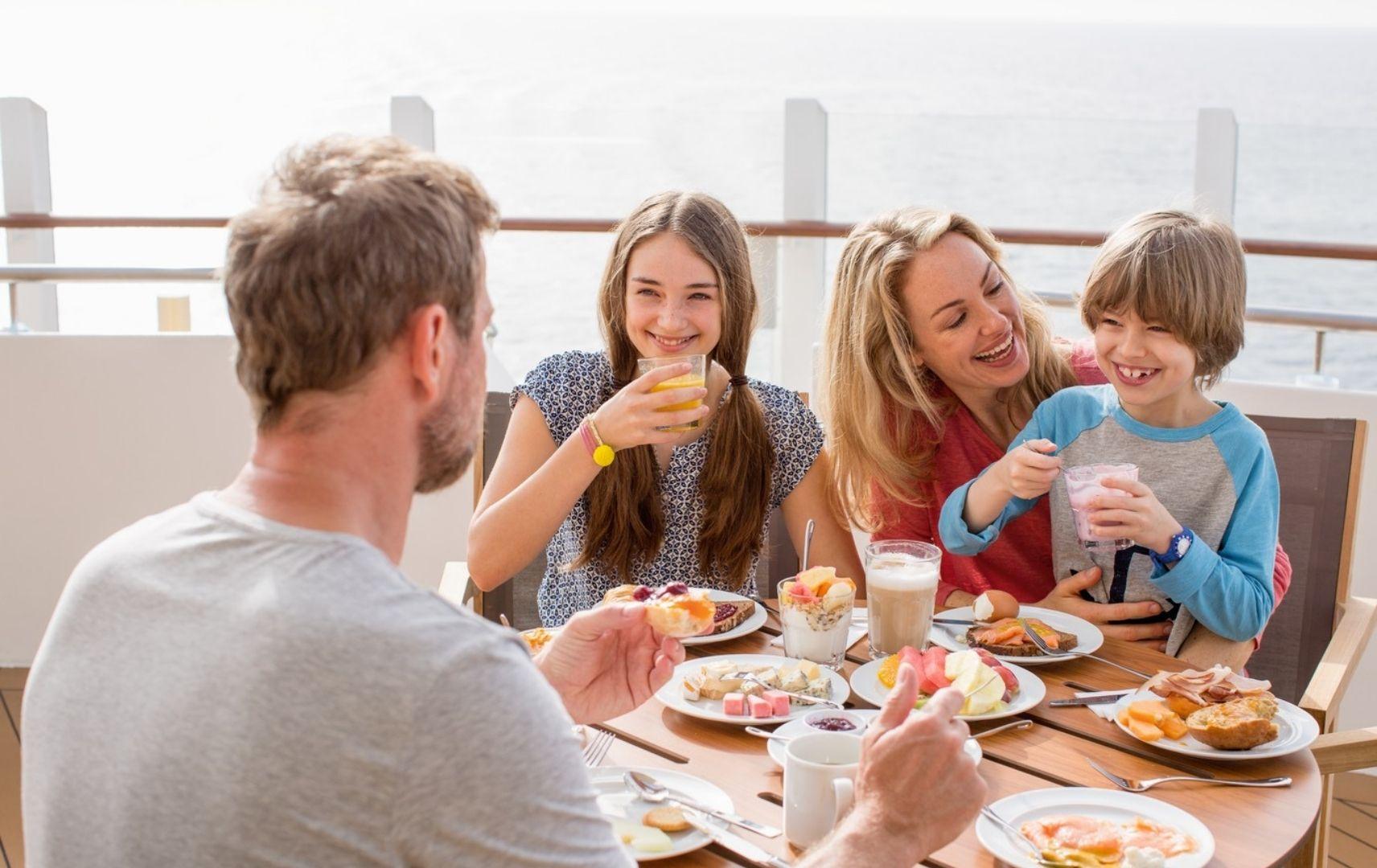 Familie sitzt am Tisch und frühstückt