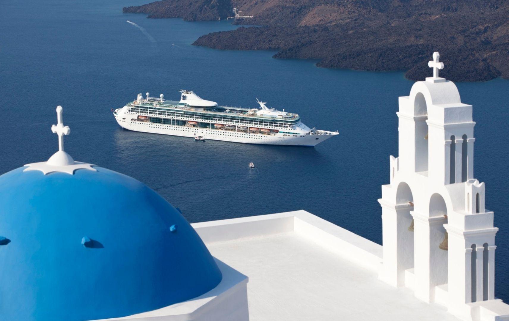 Kreuzfahrtschiff auf dem Meer und weißes Haus mit blauer Kuppel