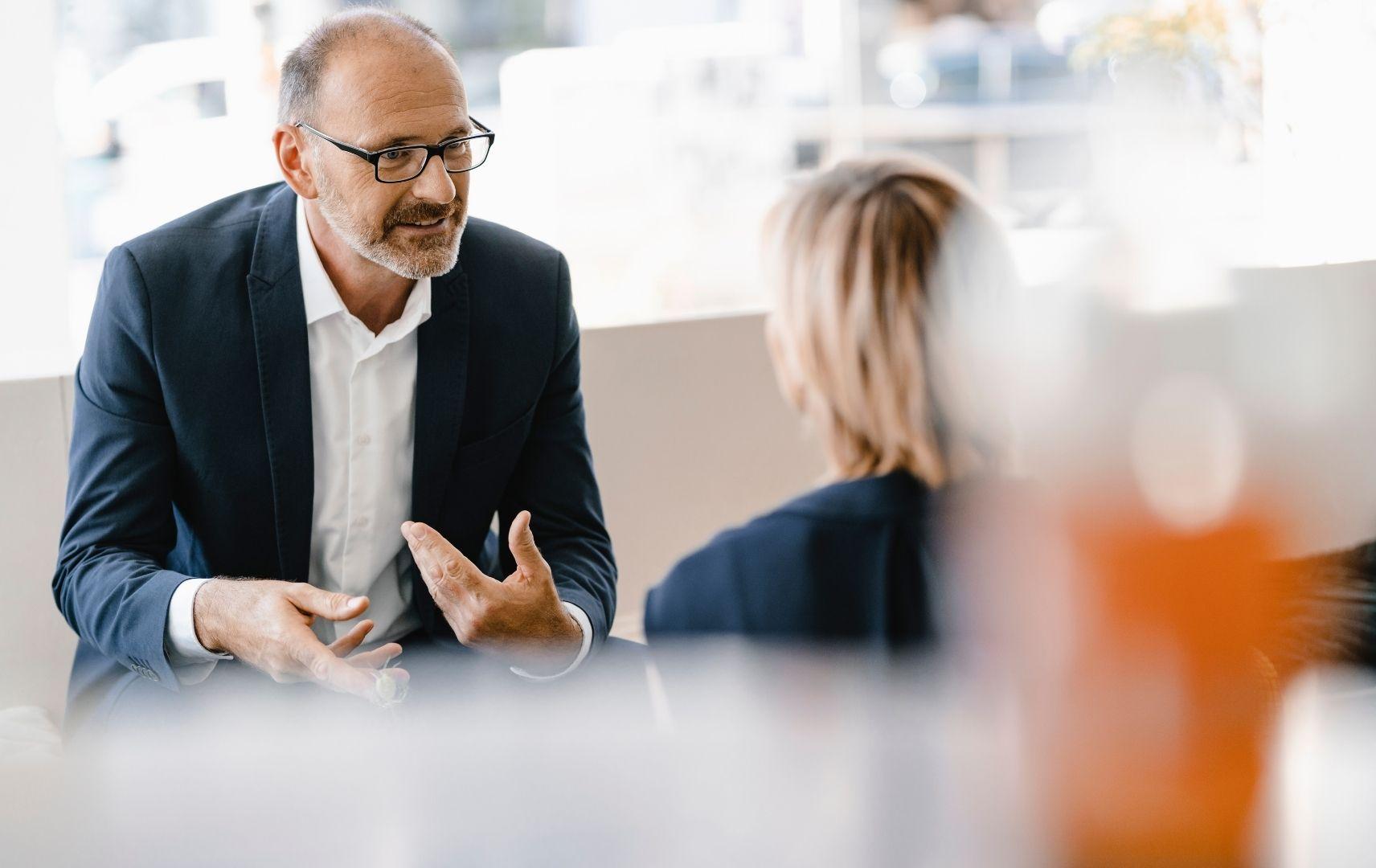 Business Consulting Geschäftsmann und Geschäftsfrau im Beratungsgespräch