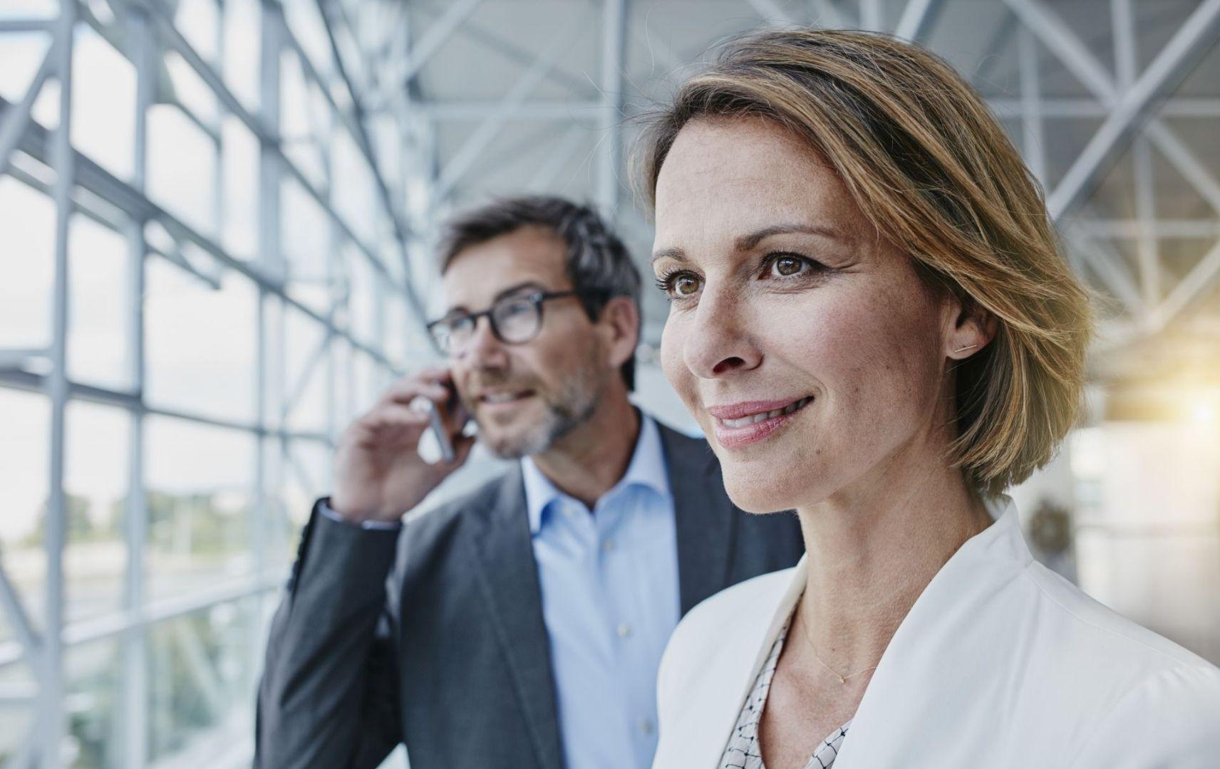 Business Partner Geschäftsmann und Geschäftsfrau unterwegs