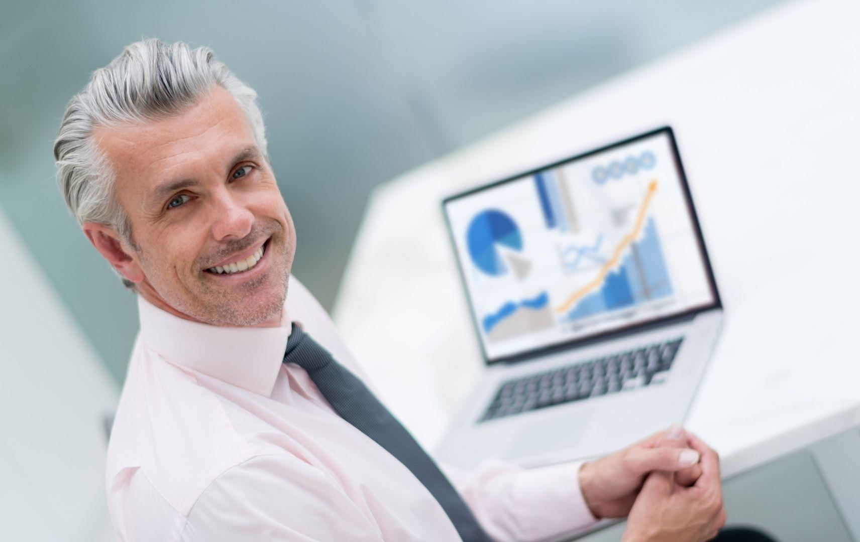 Corporate Business Datenanalyse Einkäufer Controller vor Laptop mit Business Chart