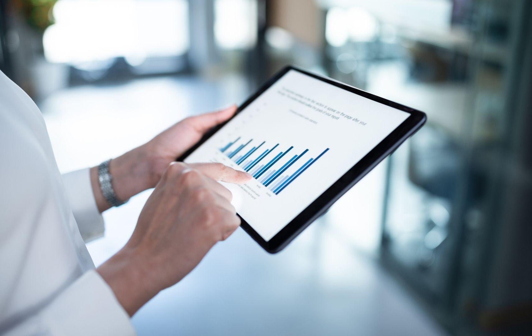 Datenanalyse Geschäftsreisen Frau mit Tablet