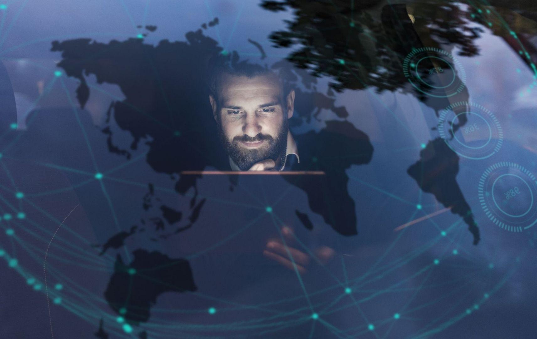 Datentransparenz Geschäftsreisen Mann am Laptop weltweites Netzwerk