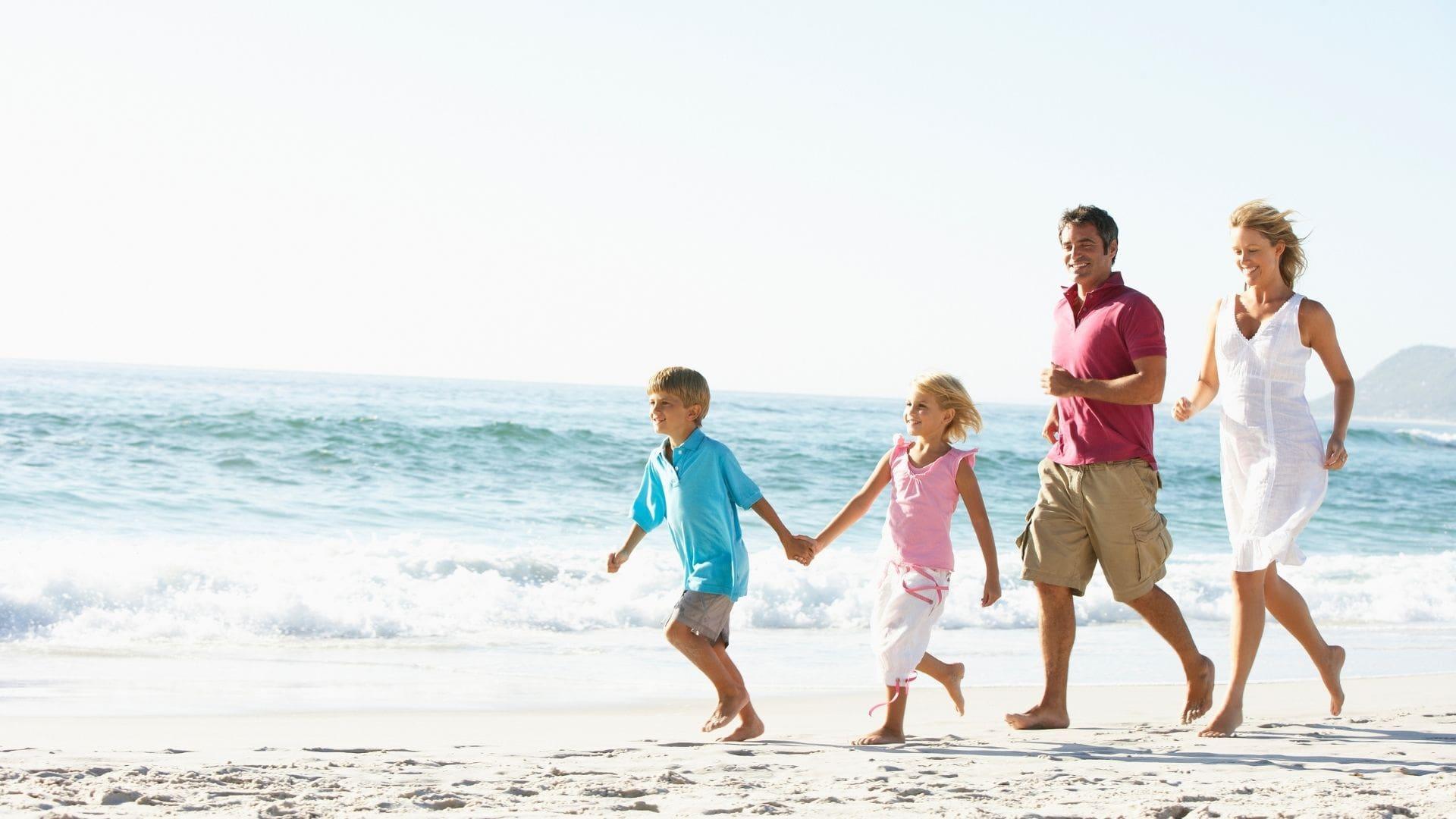 Familie im Sommer am Strand