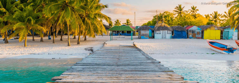 Strand mit Steg auf den Malediven