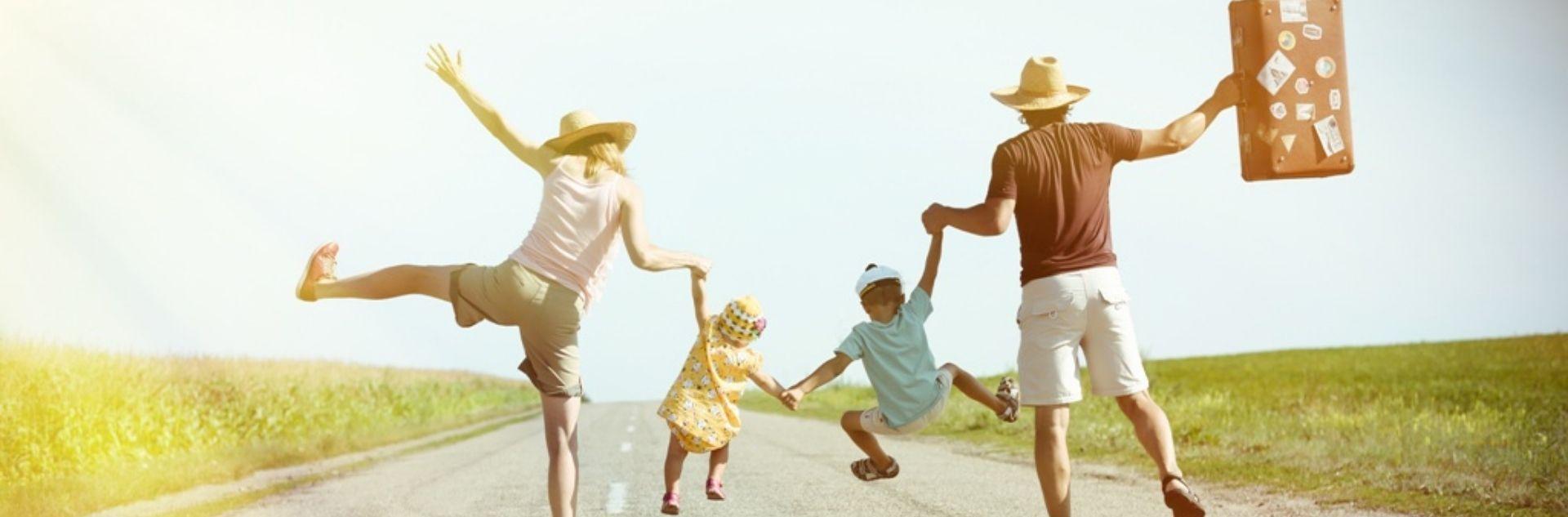 Mutter und Vater halten Kinder an der Hand auf Straße