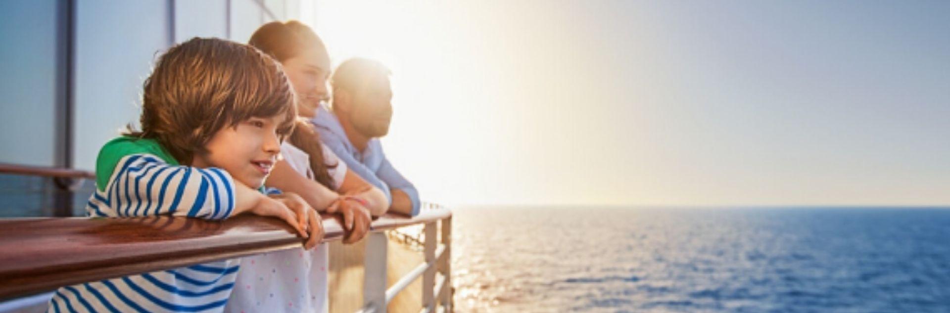 Familie schaut auf das Meer