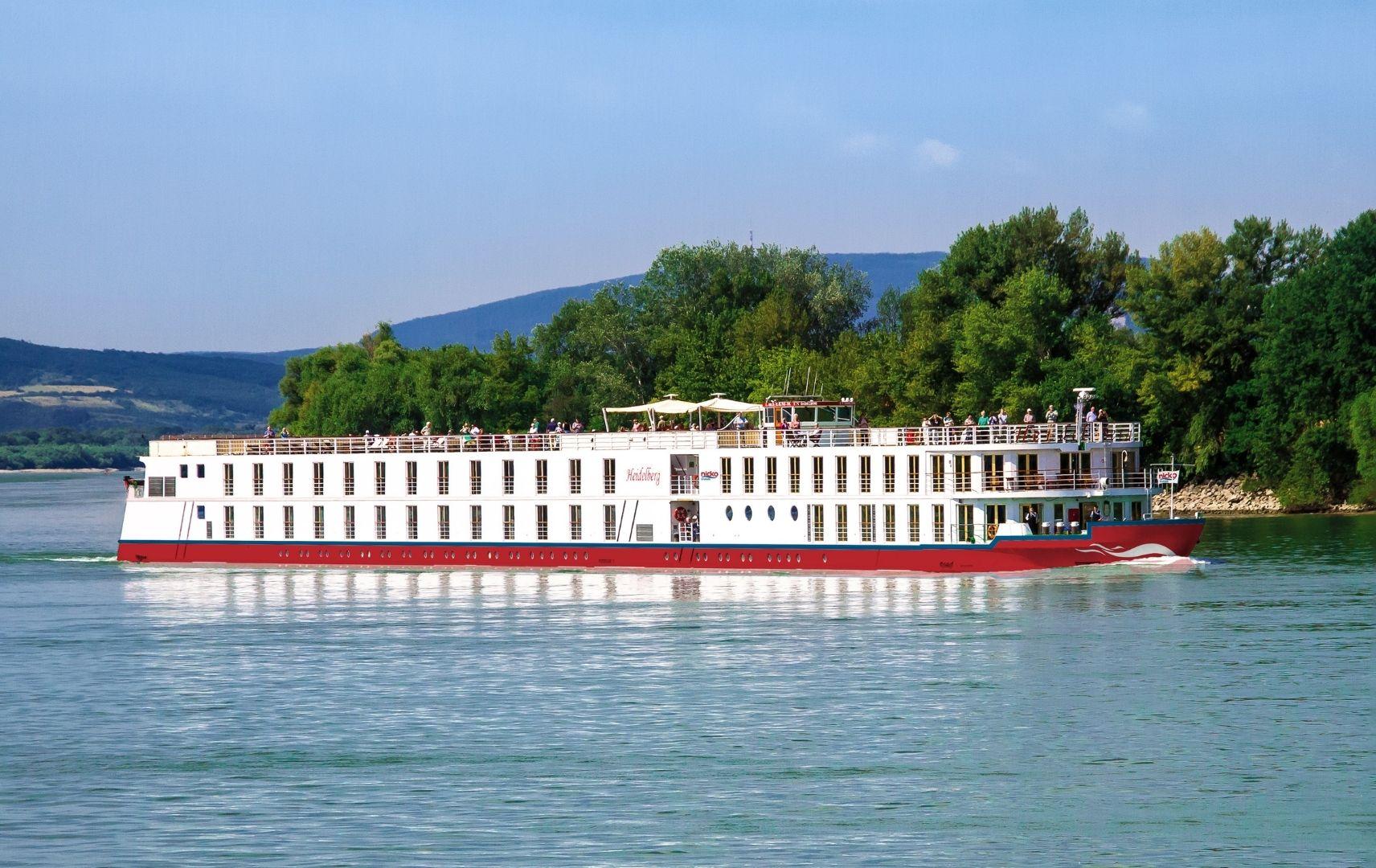 Schiff auf dem Fluss und Passagieren an Bord