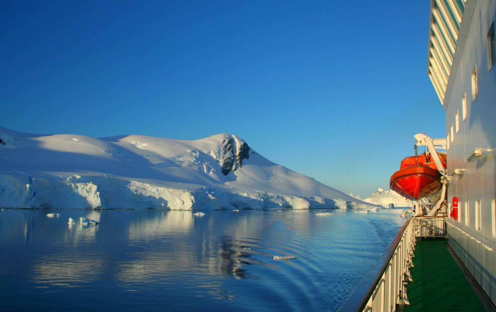 Berge mit Schnee und Schiff