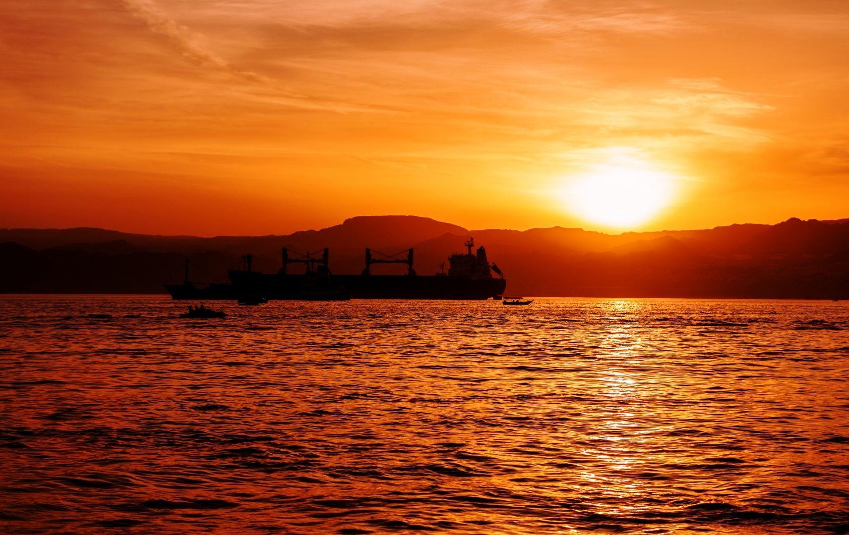 Sonnenuntergang Schiff auf Meer