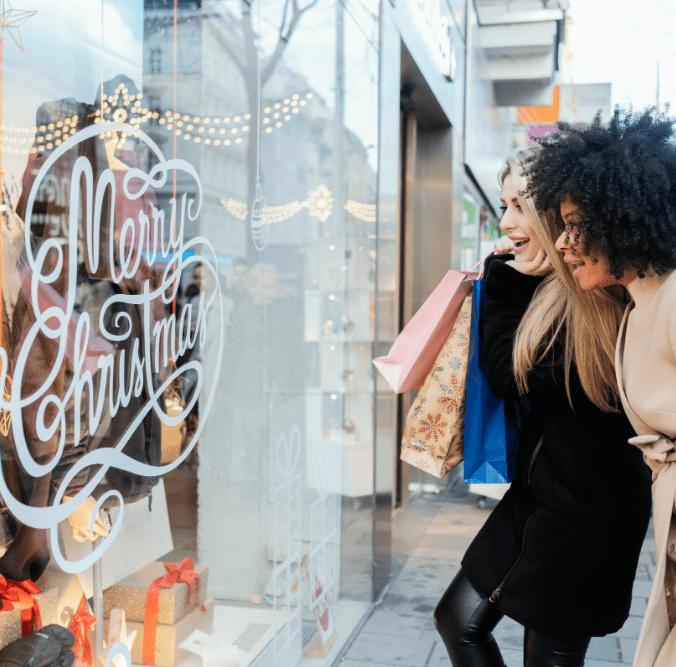 Zwei Frauen beim Weihnachtsshopping
