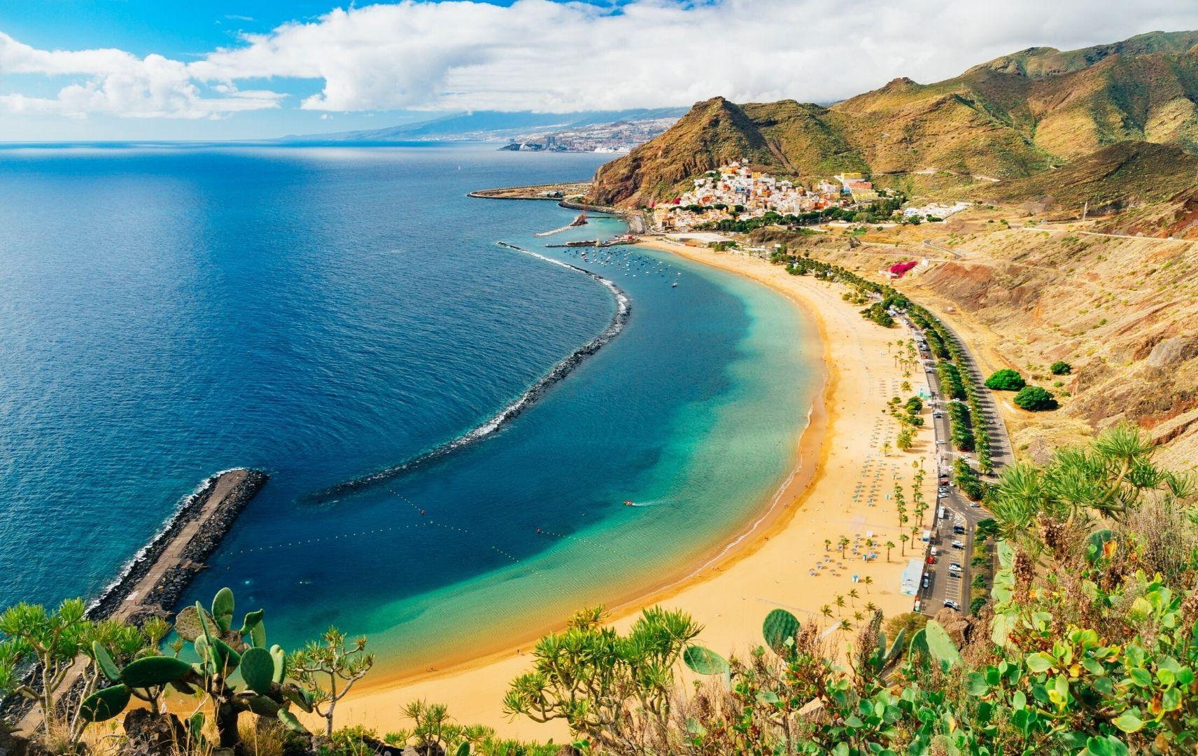 Strand blaues Meer und Felsen