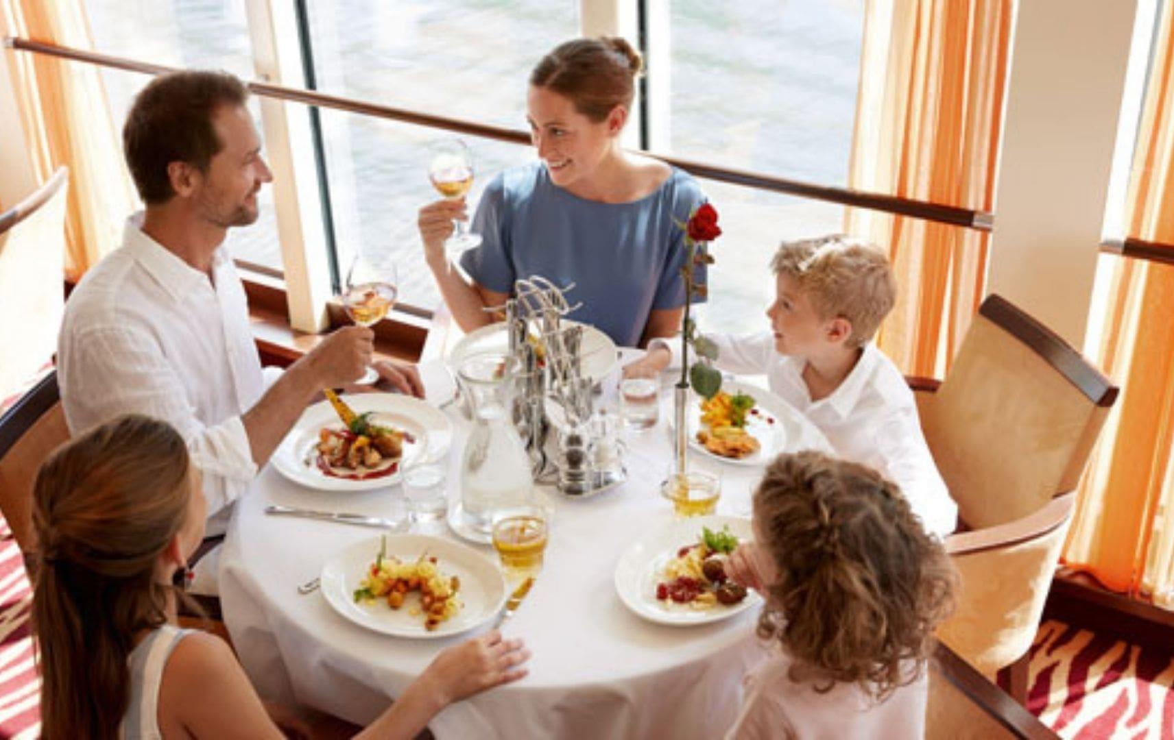 Familie isst gemeinsam am Tisch im Restaurant