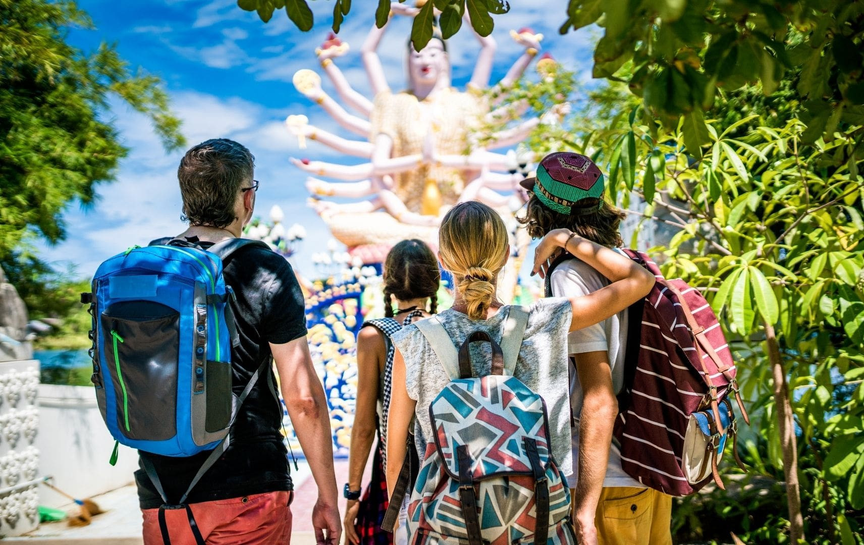 Gruppe schaut sich thailändische Skulptur an