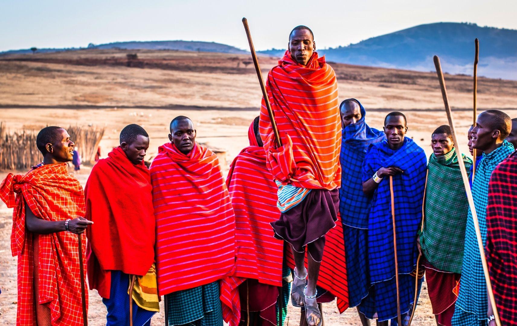 Menschen in Gewändern mit Stock