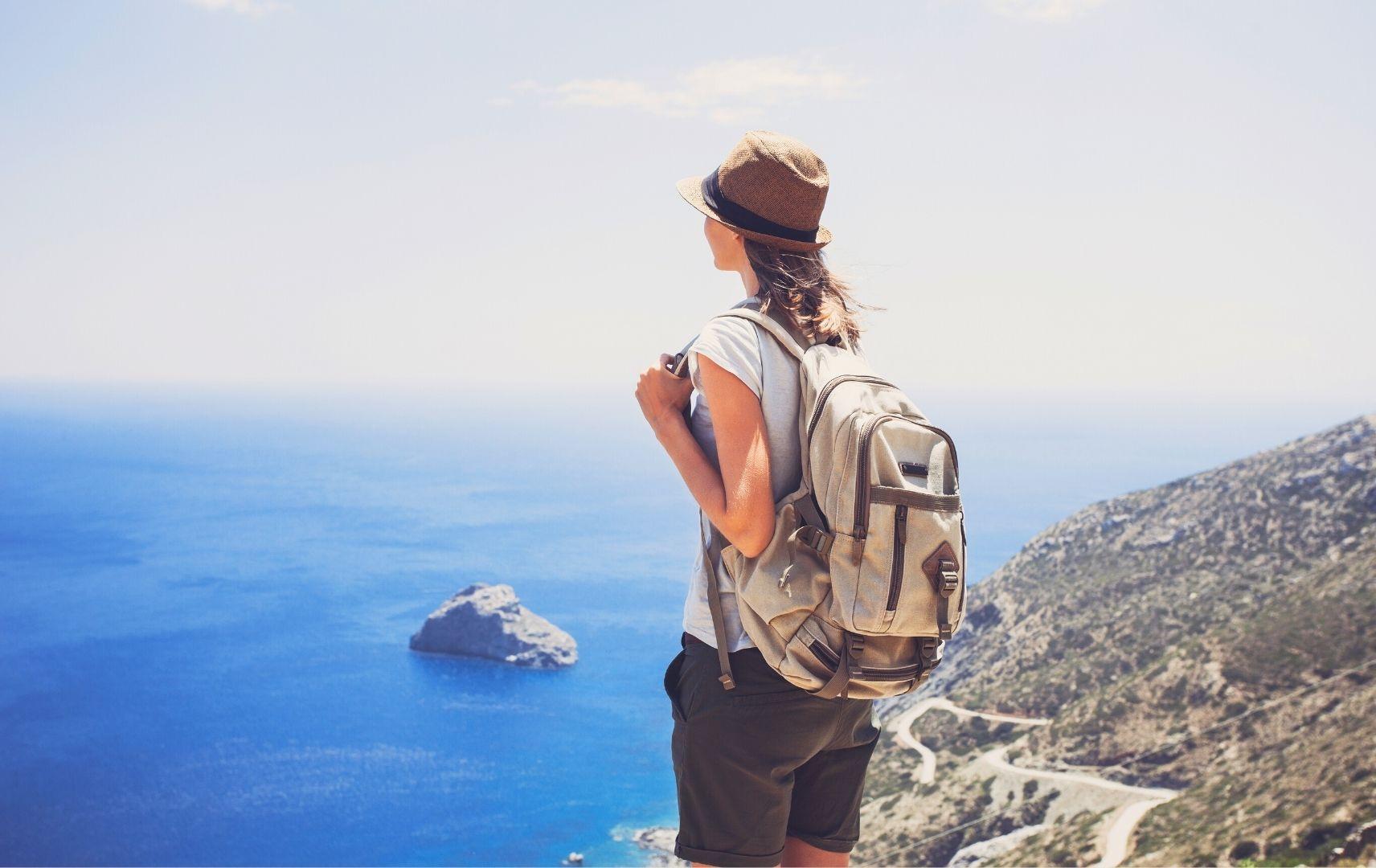 Frau mit Rucksack auf Berg