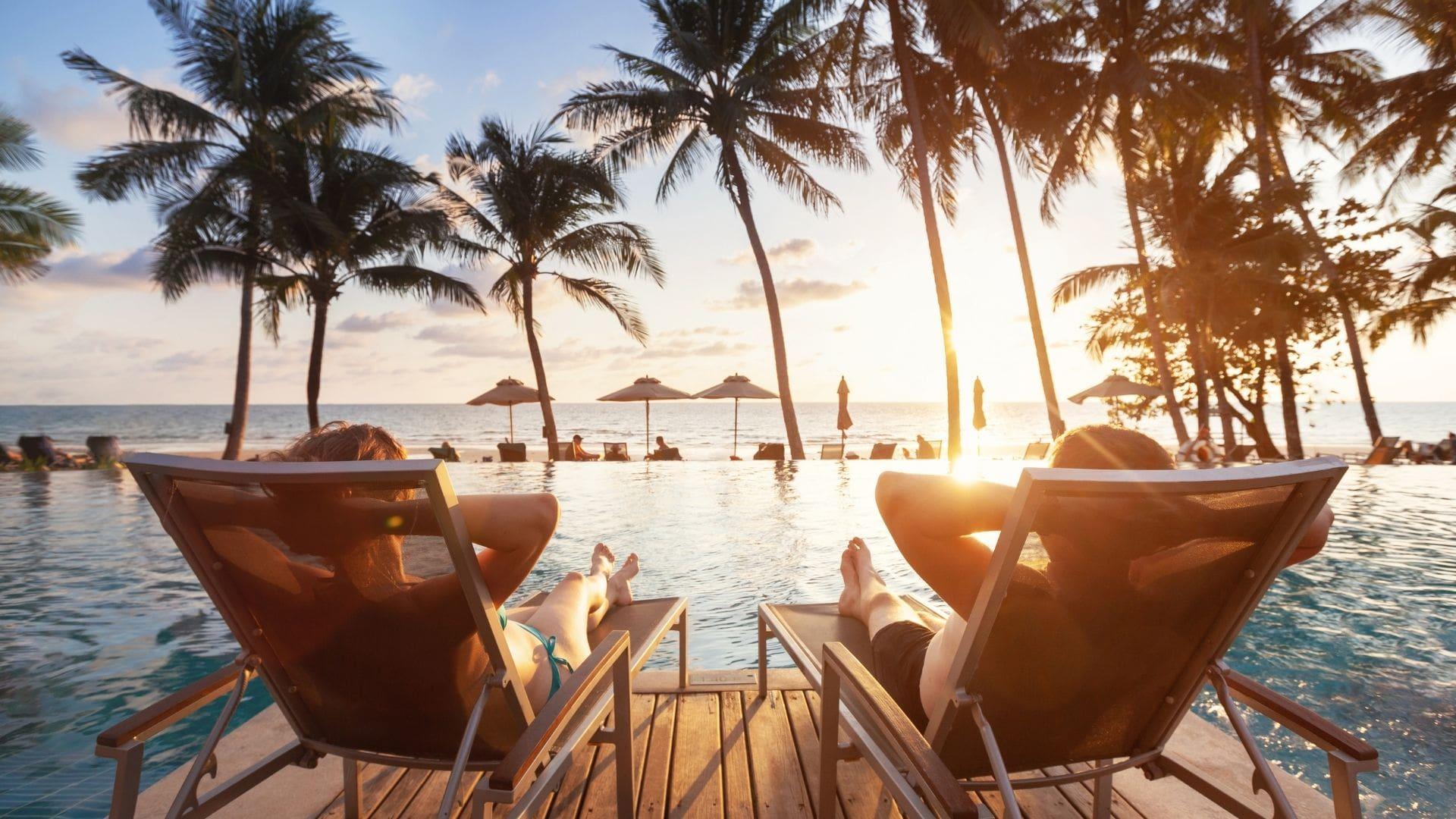 Urlauber auf Liegestühlen in Thailand