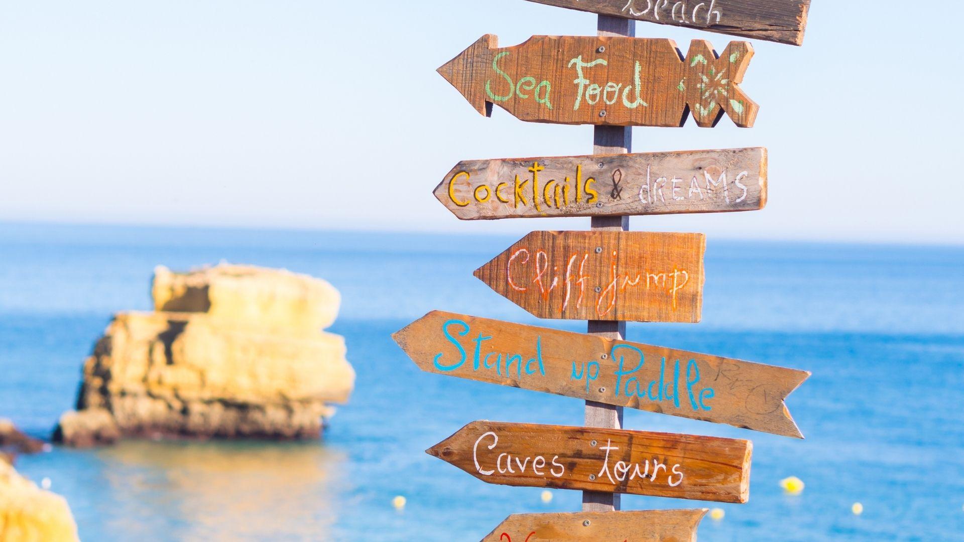 Wegweiser Schilder im Urlaub