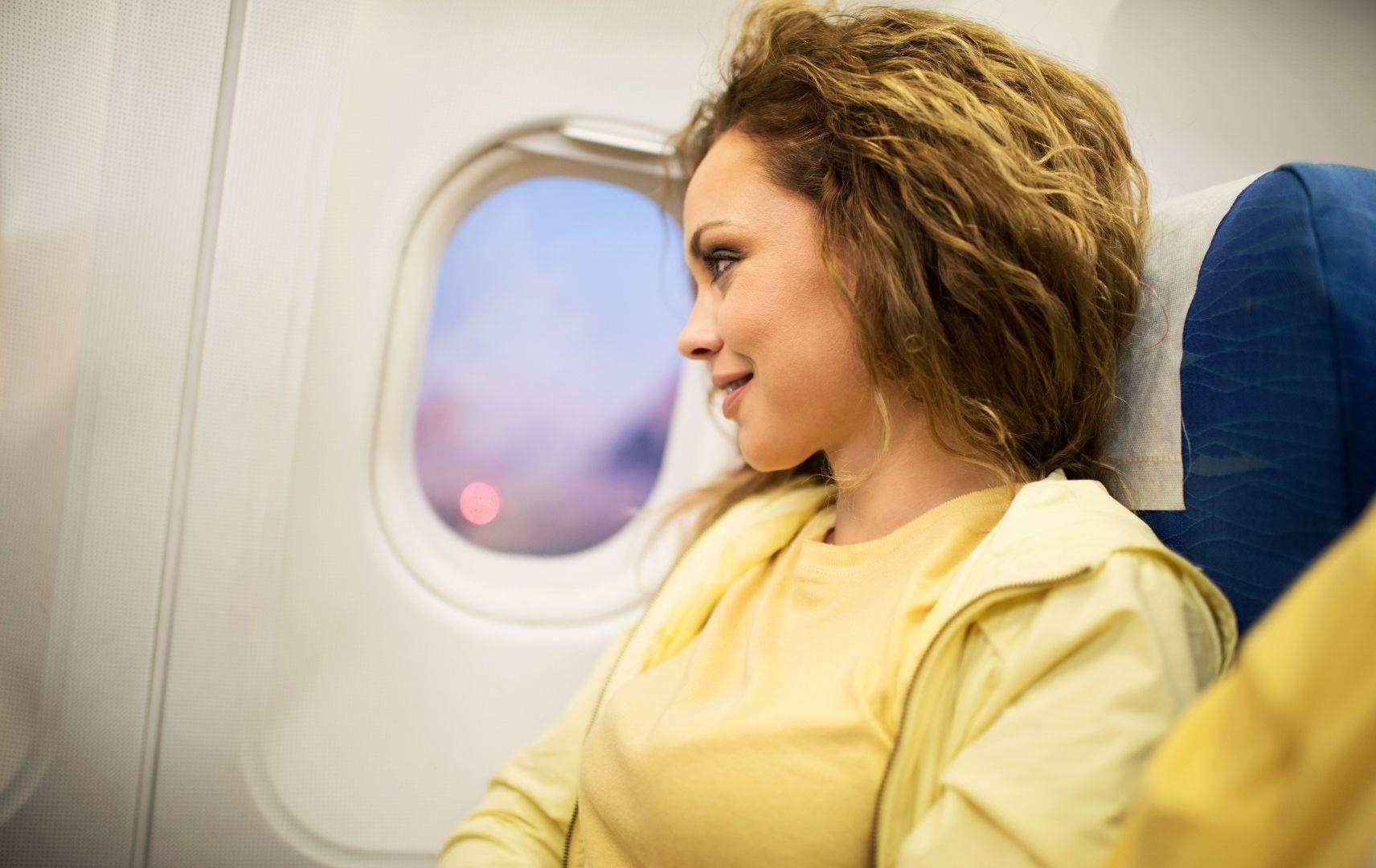 Frau in Flugzeug, Reisebekleidung