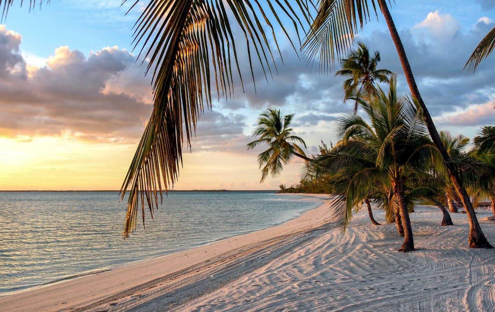 Strand mit Palmen und Sonnenuntergang, Bahamas