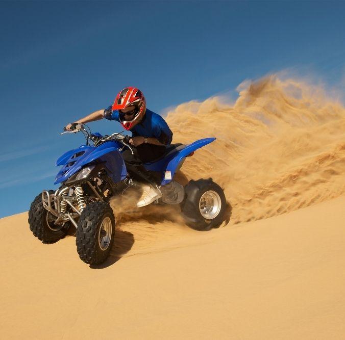 Quadfahrer in Sand