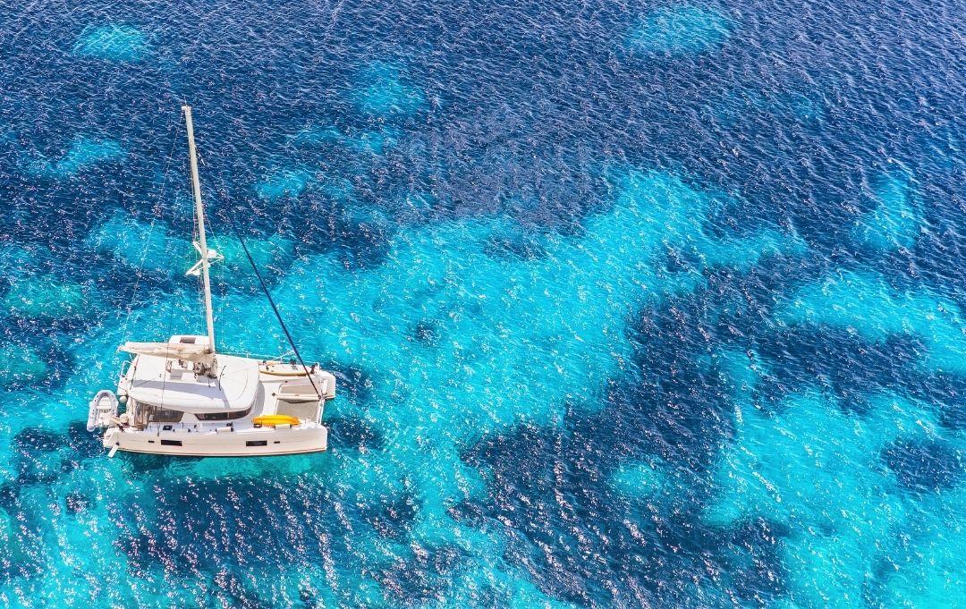 Katamaran auf Wasser