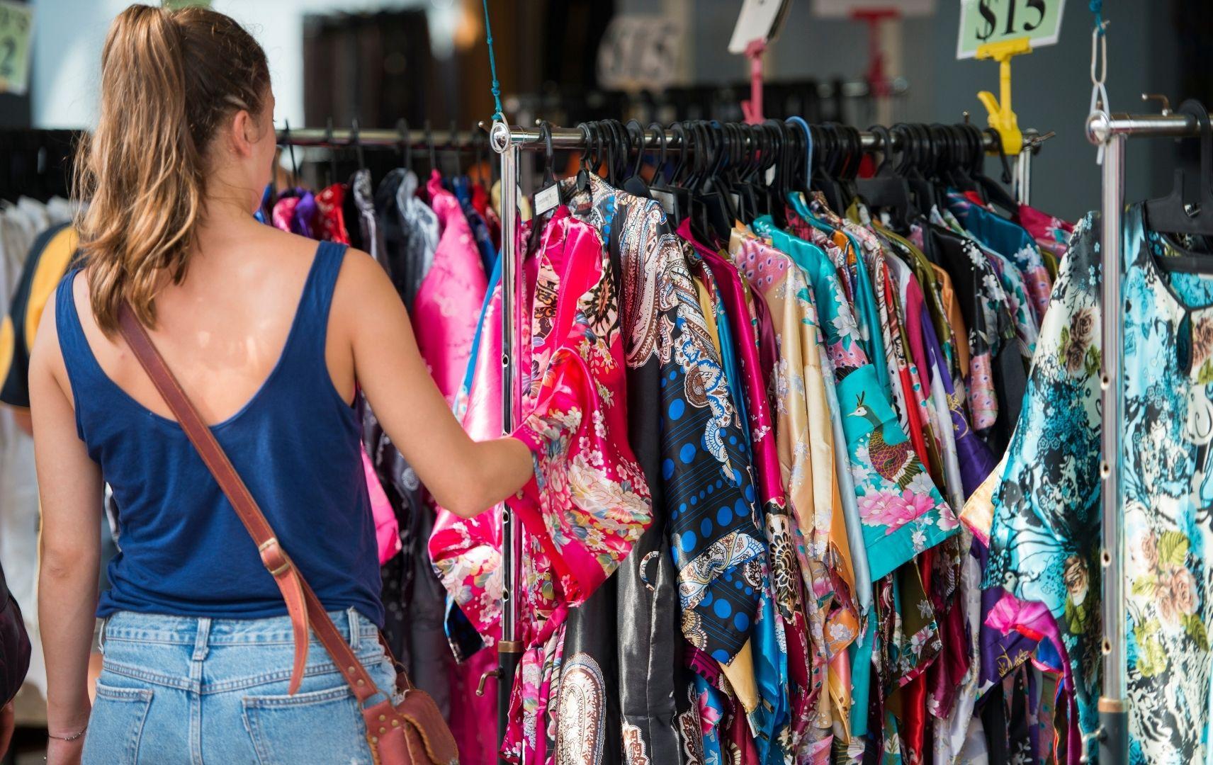 Frau beim Shopping in Singapur