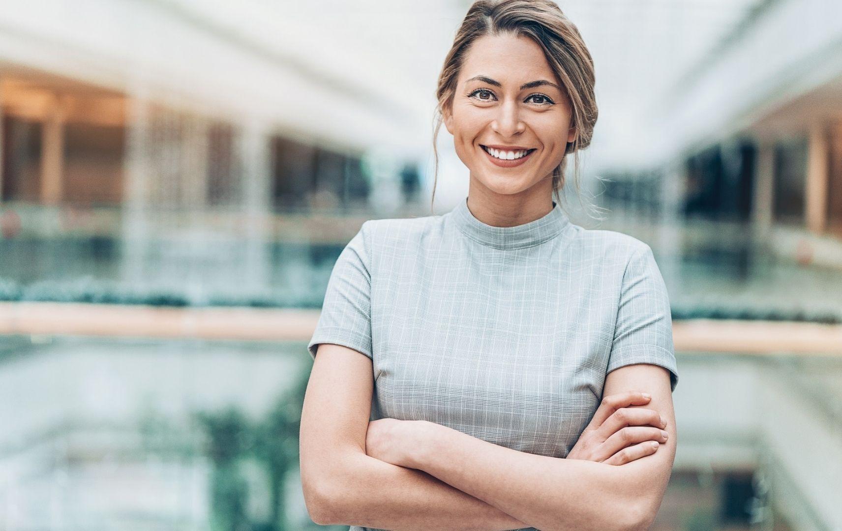 Lufthansa City Center Business Travel 360 Grad Service für Geschätsreisen - lächelnde Geschäftsfrau