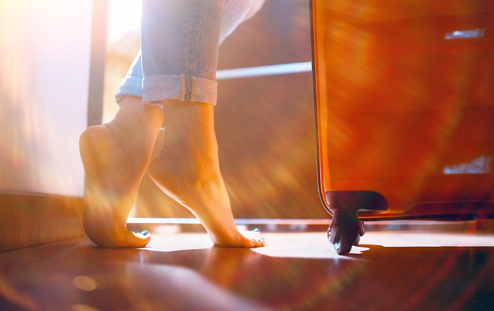 Füße und Koffer, Bewegung im Flugzeug