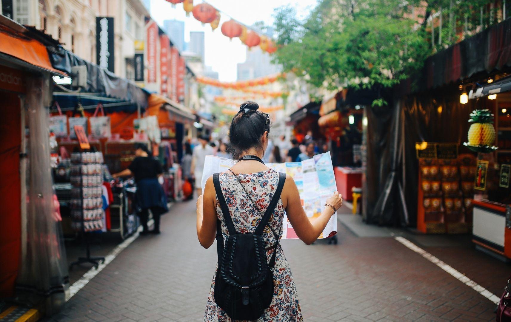 Frau mit Stadtkarte auf Markt in Singapur