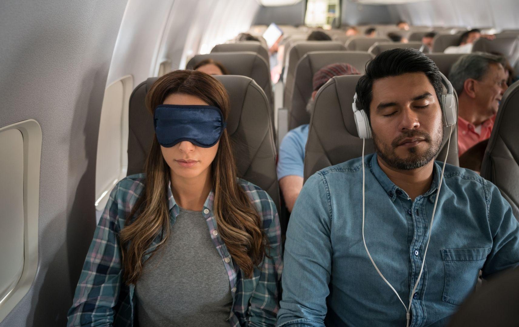 Pärchen schlafend im Flugzeug