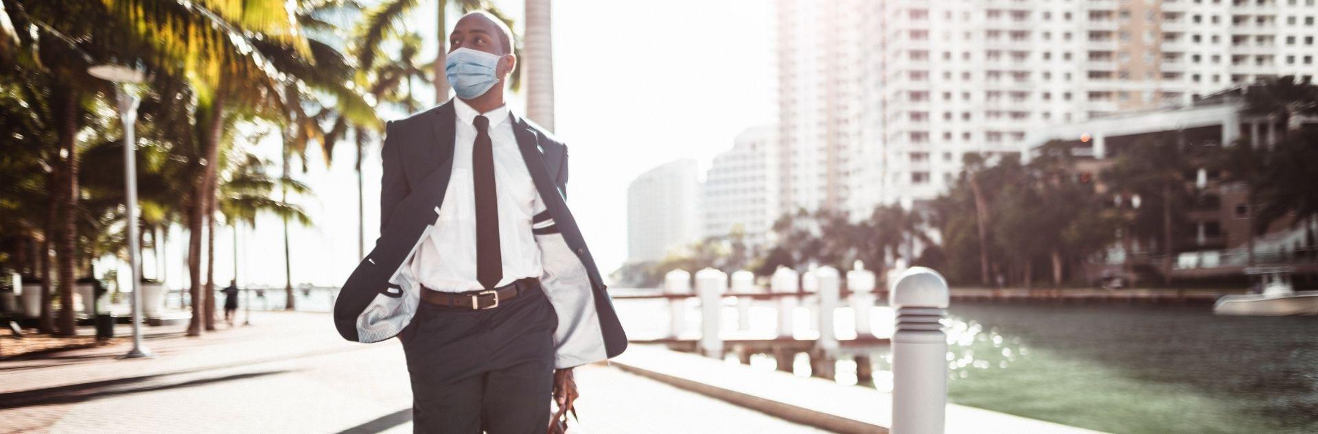 Bleisure Traveller Geschäftsmann mit Maske in der City