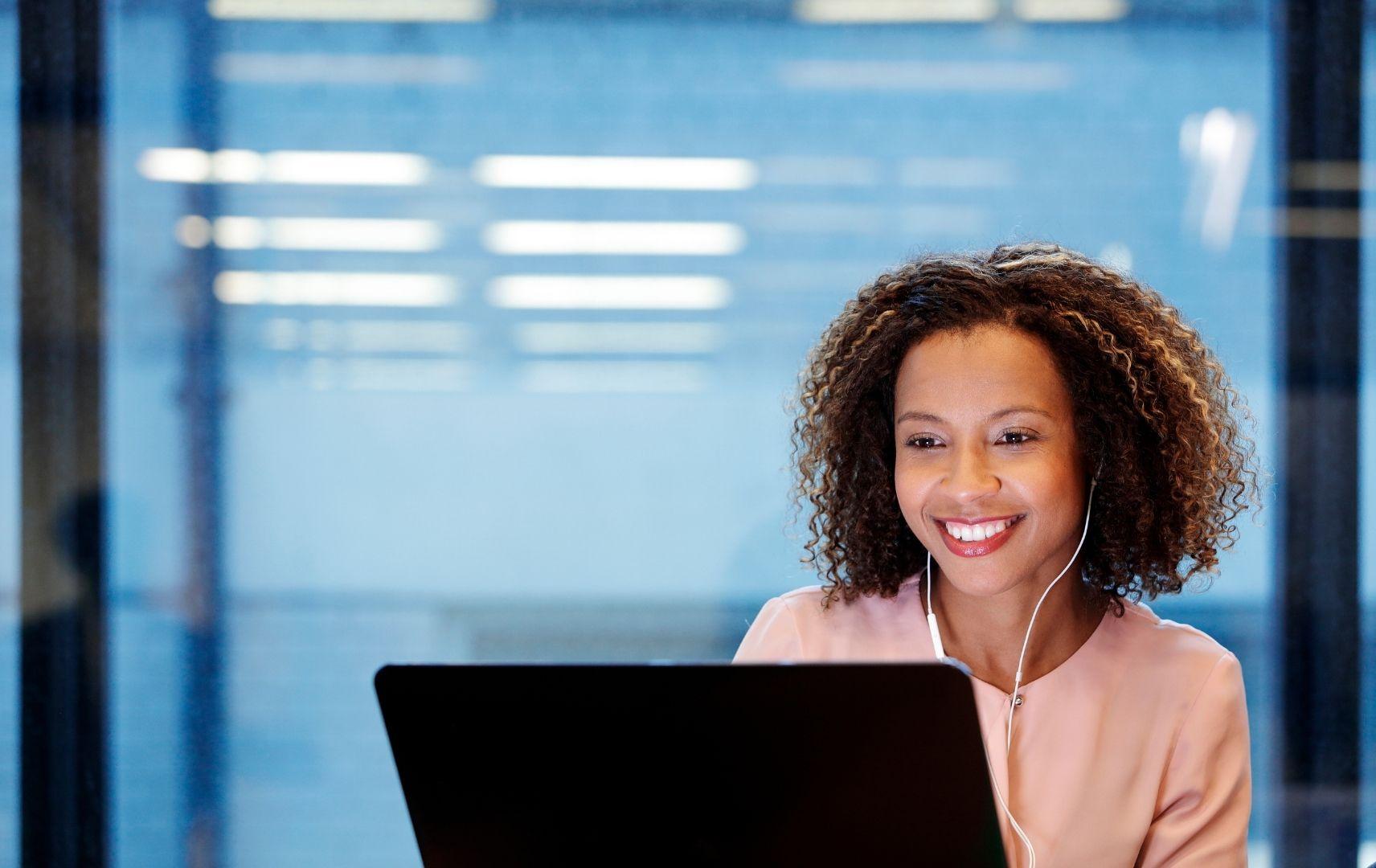 Mit LCC Bridge-IT besser vergleichen und mehr sparen - Frau am Laptop im Büro