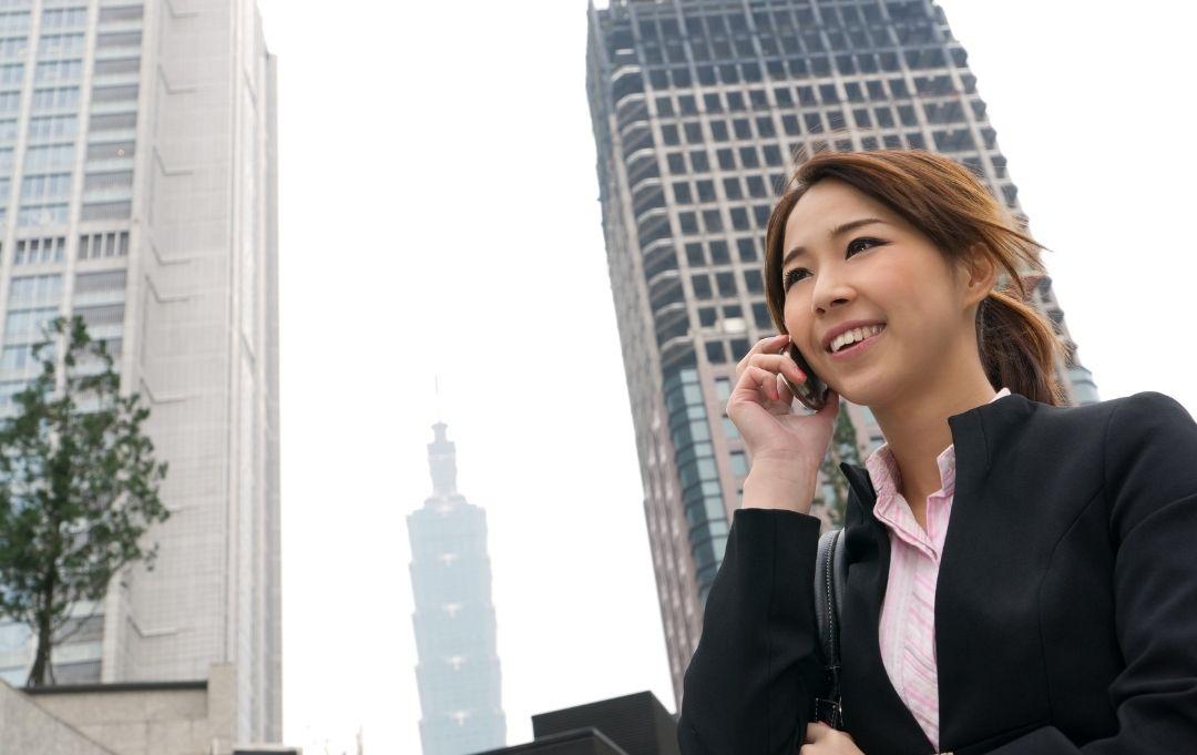 Junge Businessfrau telefoniert in der City von Taipeh