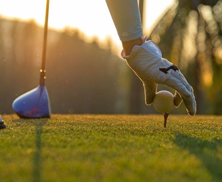 Golfreisen - Ball auf Tee