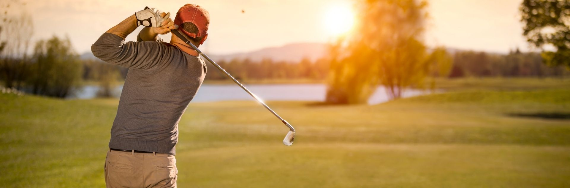 Golfreisen - Golfer bei Sonnenuntergang