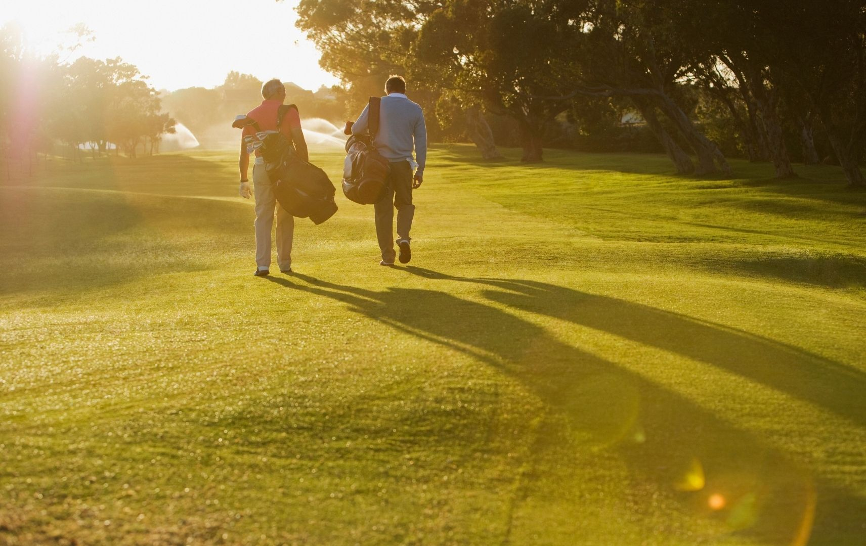 Golfplatz mit zwei Spielern auf Golfreise