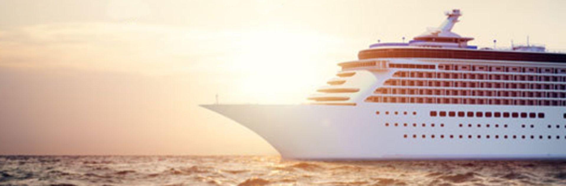 Schiff des Jahres, Kreuzfahrtschiff beim Sonnenuntergang